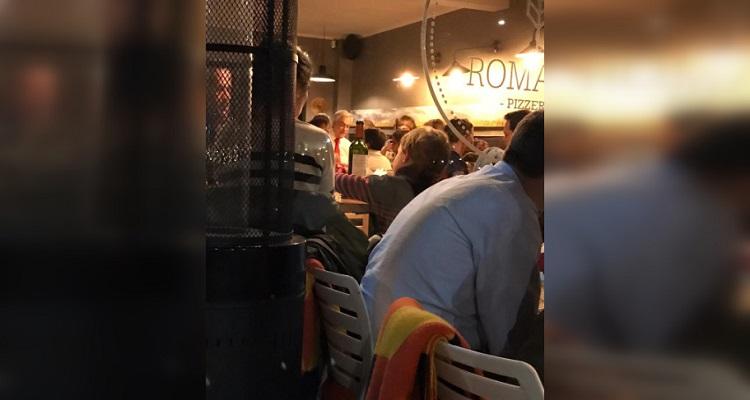 Pie de foto: El presidente Sebastián Piñera en un restaurante la noche que estallaron las protestas Crédito: Imagen de redes sociales.