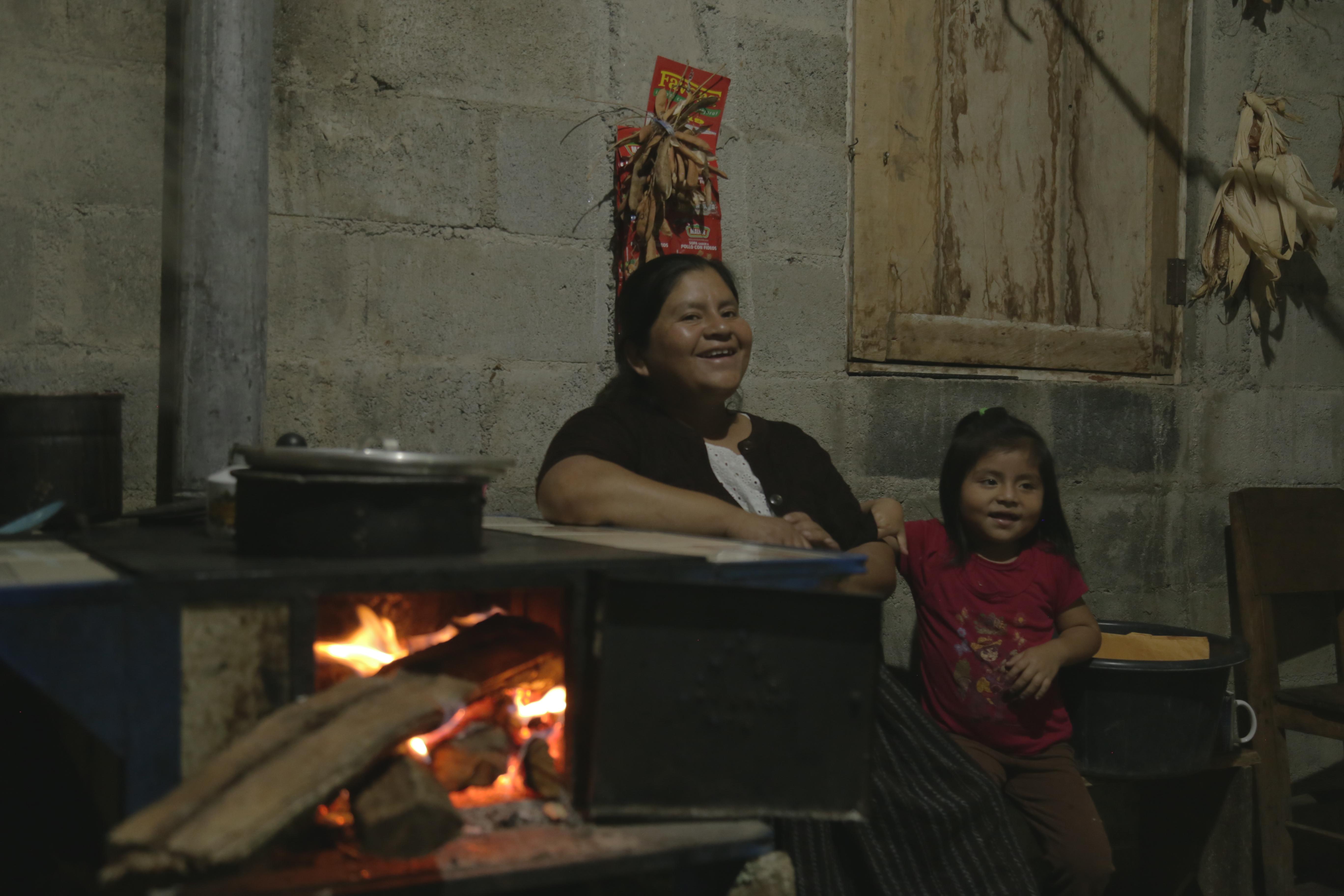 Laura y su hija Ángela, en el calor de su hogar. Foto: Carla Molina