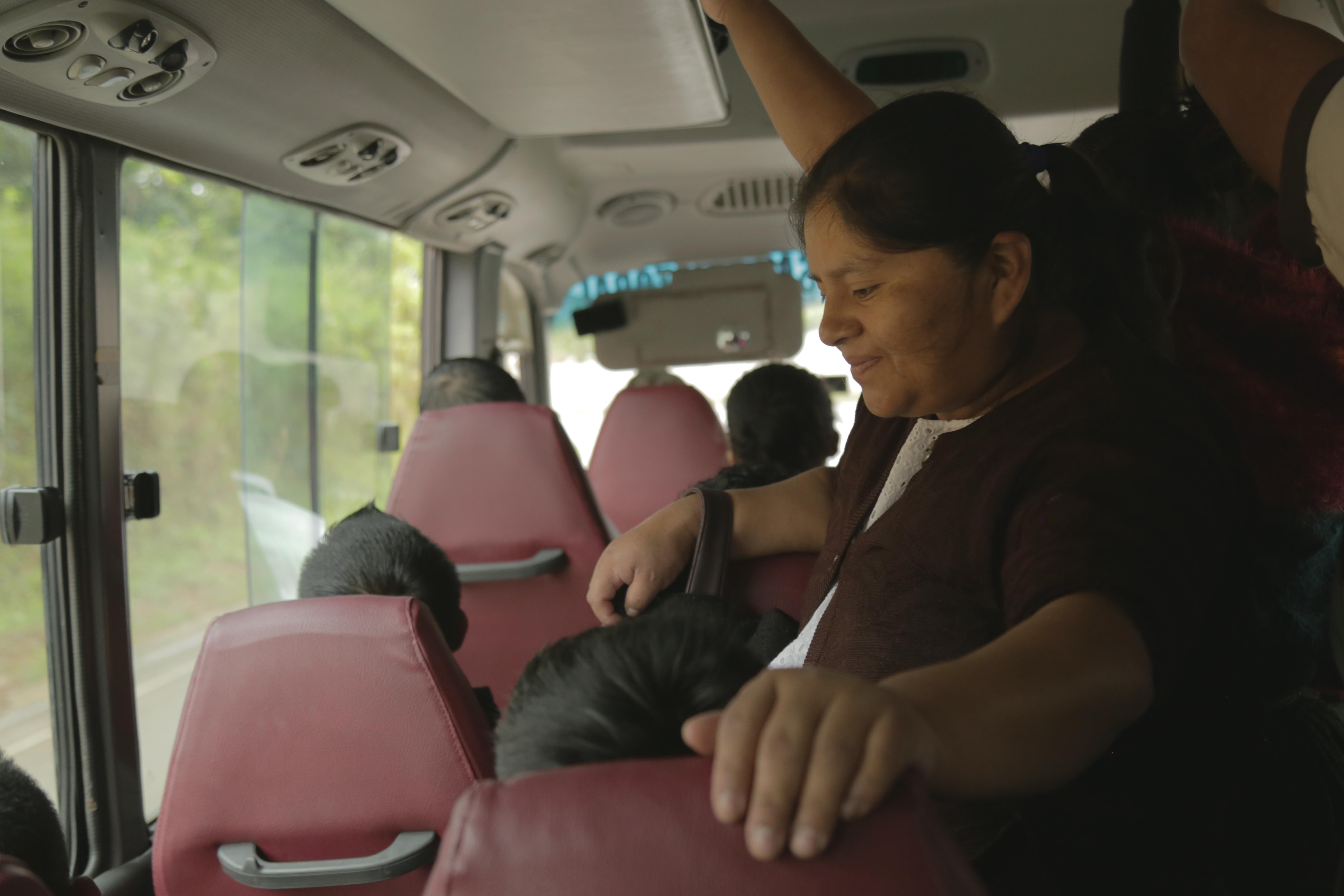 Laura aborda tres microbuses en cada trayecto, desde su casa a su trabajo. Foto: Carla Molina
