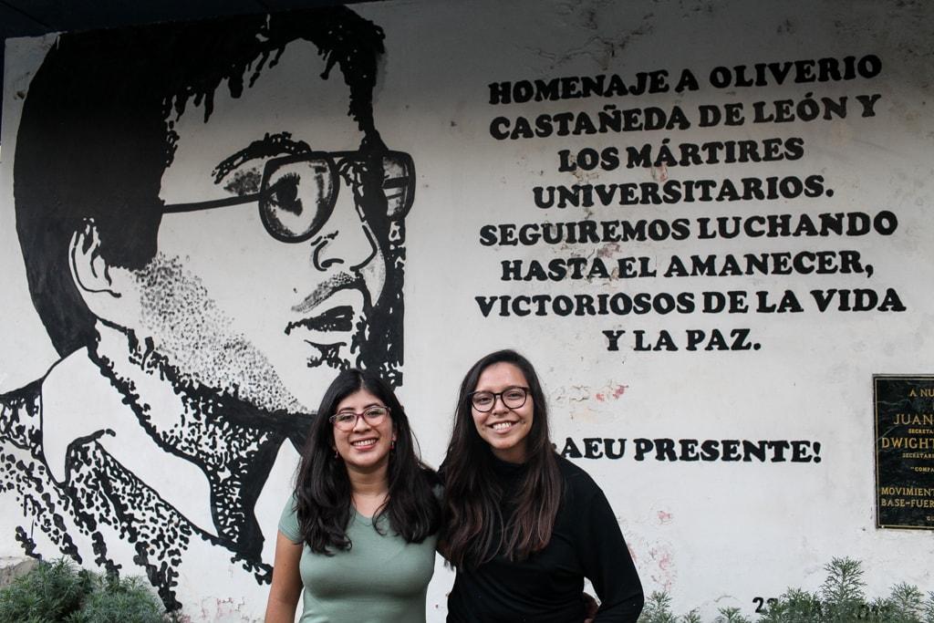 Lenina García y Andrea Rodríguez en la sede de la AEU, donde existe un mural dedicado a Oliverio Castañeda de León. Foto: Carlos Sebastián