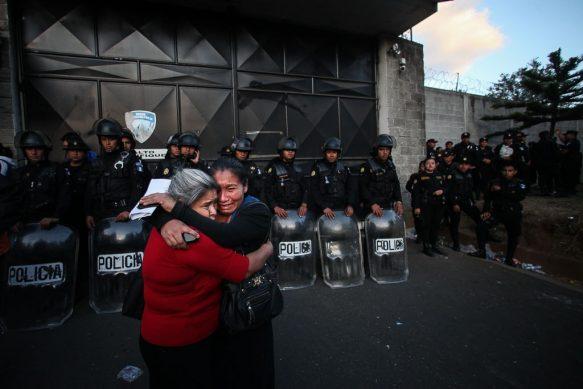 Dos mujeres lloran frente al Hogar Seguro el día de la tragedia.