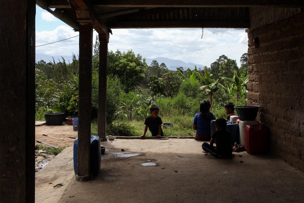Tres hermanos y un sobrino de Rosa juegan en la casa de abobe en Joyabaj.
