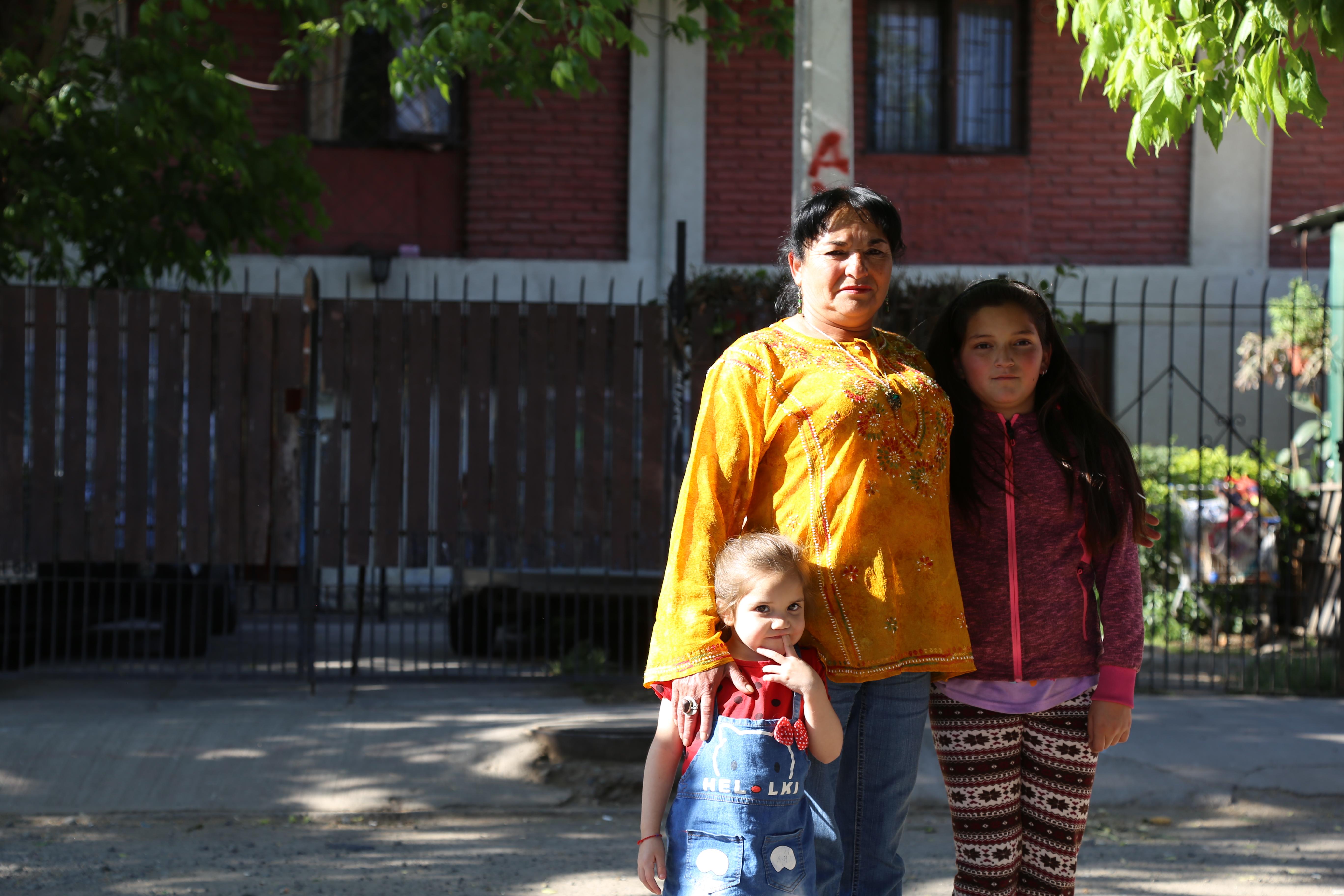 Gladys con sus nietas Lia (10 años) y Mily (3).j Foto: María José Díaz.