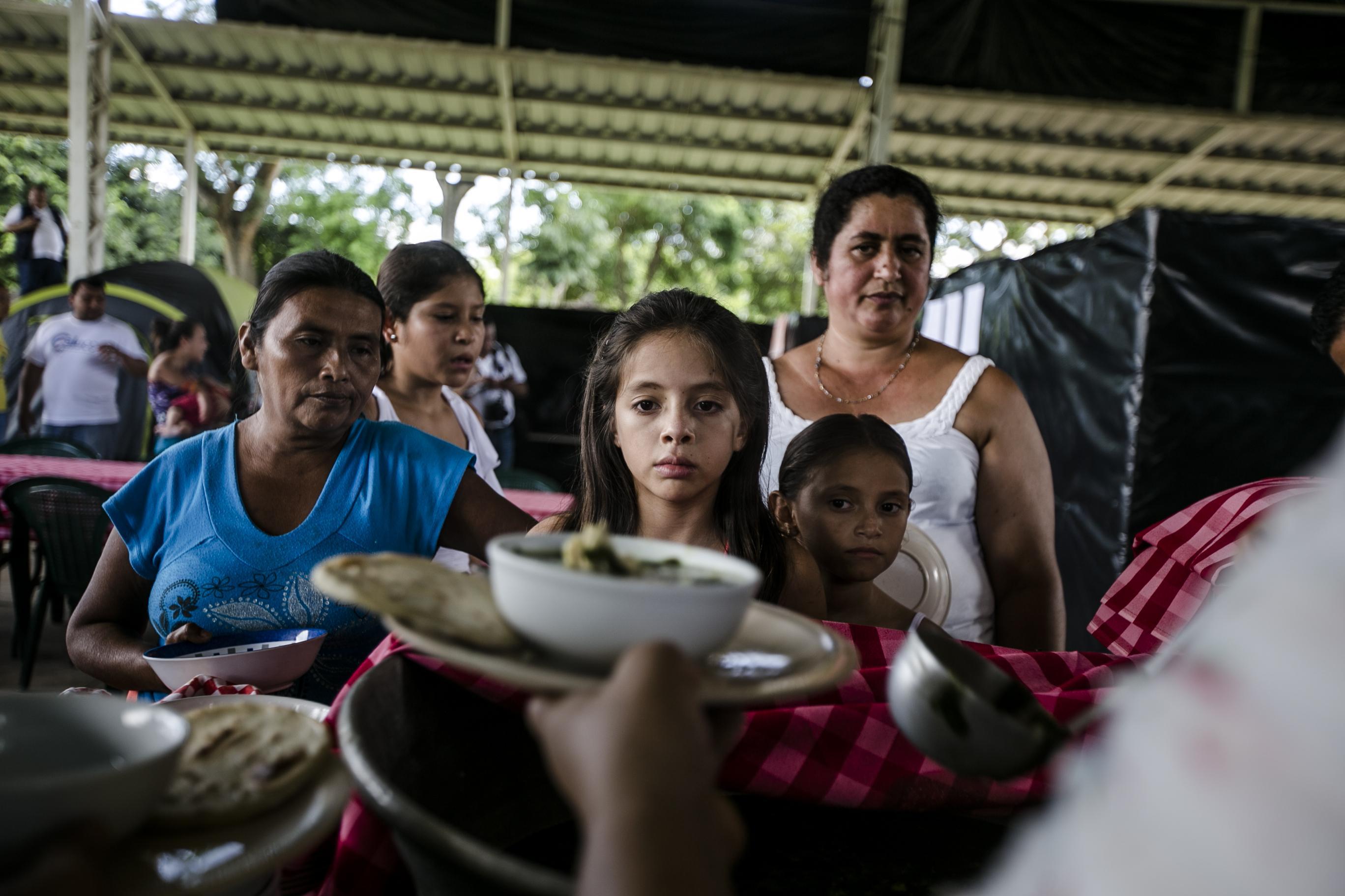 El 15 de septiembre de 2016, alrededor de 25 familias originarias del caserío El Castaño, en el municipio de Caluco, huyeron de la zona y se convirtieron en los primeros refugiados en un albergue para desplazados por la violencia de las pandillas. Foto: Fred Ramos