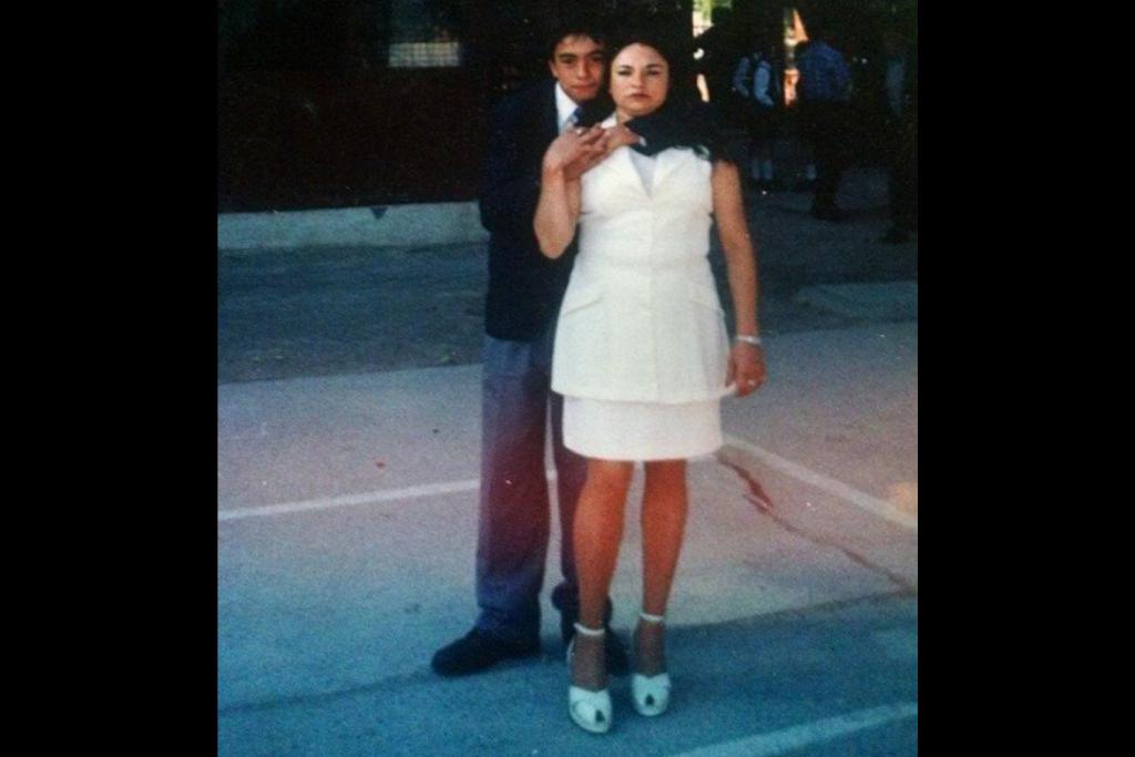 Gladys Zúñiga con su hijo cuando terminó la educación primaria. Foto: Archivo personal de Gladys Zuñiga.