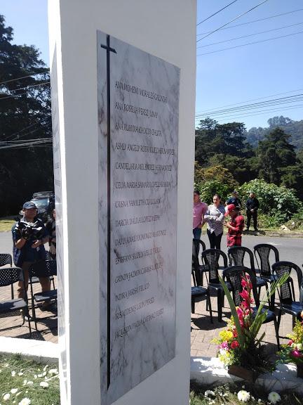 Las placas de mármol tienen los nombres de las 41 niñas que fallecieron el día del incendio, el 8 de marzo de 2017.