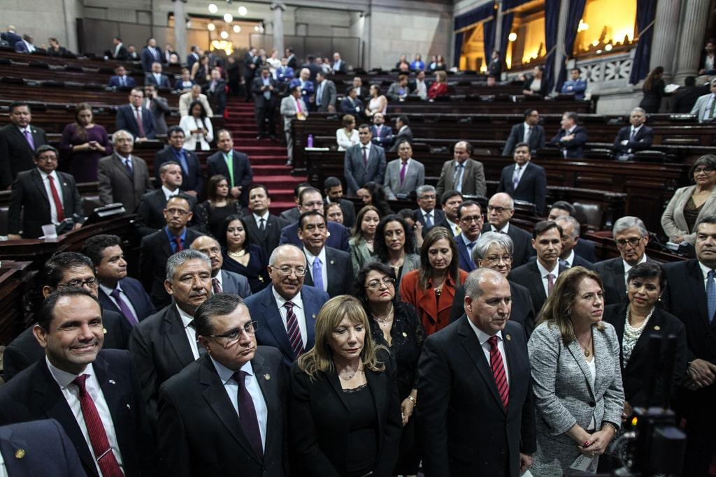 Murphy Paiz (abajo, izquierda) juramentado en el Congreso de la República para las comisiones de postulación.