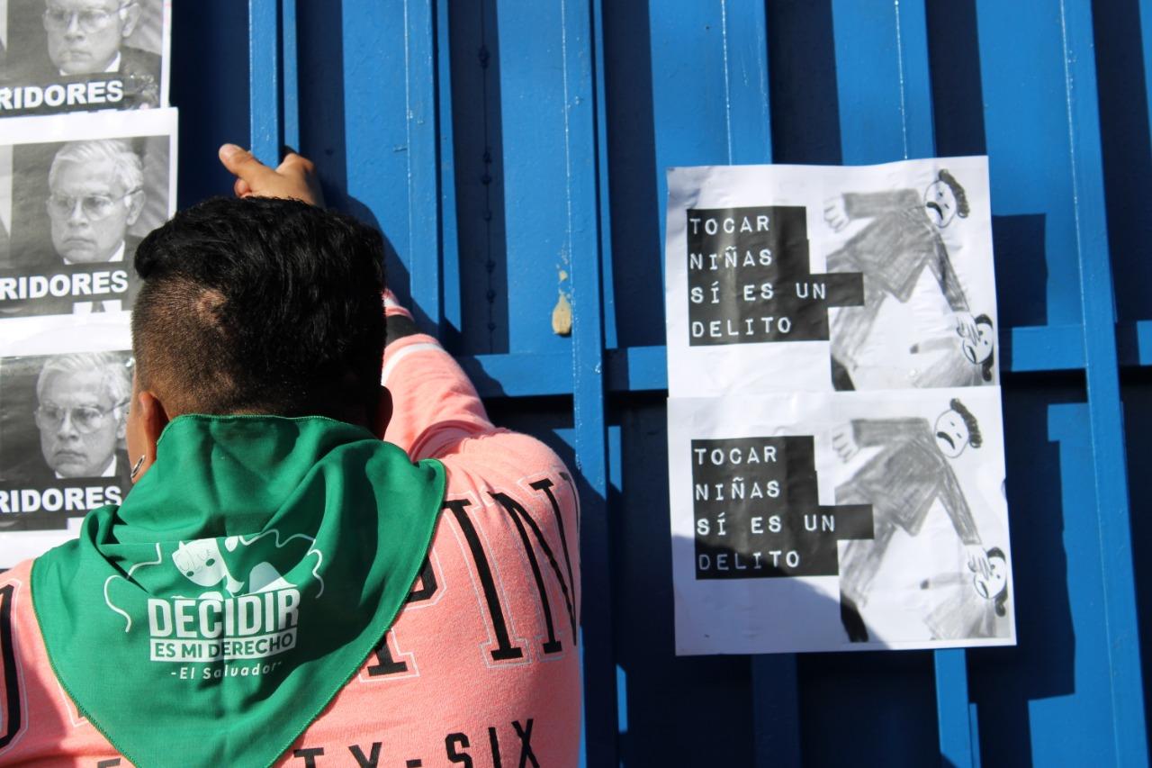 Protesta contra la resolución de la justicia salvadoreña que protegió a un magistrado que tocó a una niña de 10 años. Foto: Mariana Moisa
