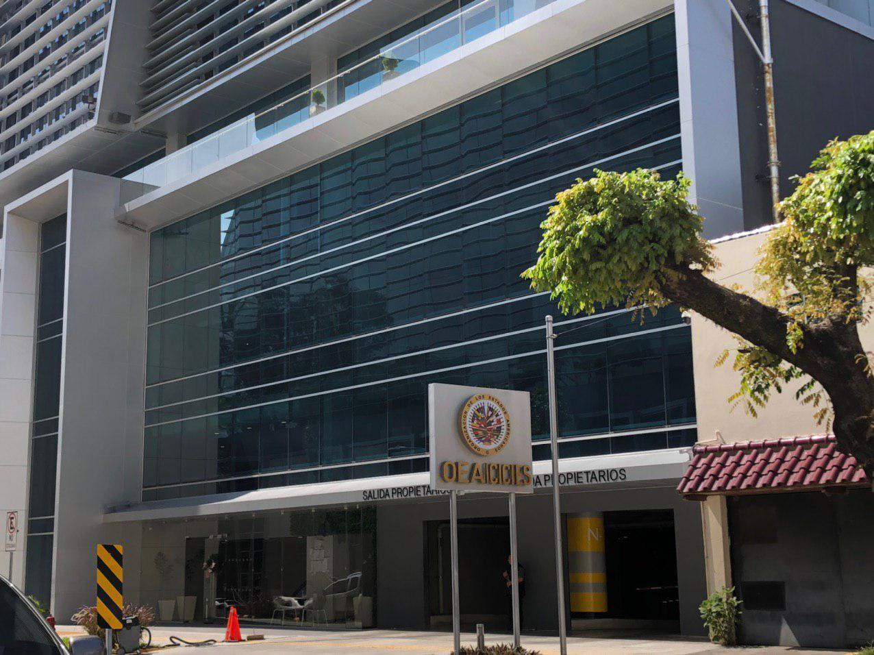 Fachada del Edificio Insigne, en la colonia San Benito, de San Salvador donde está alojada la misión técnica de la OEA. Foto: Gabriel Labrador / El Faro