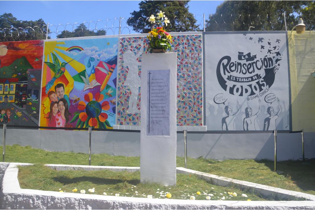 Detrás del monumento —aún incompleto— hay otros murales para complementar el memorial.