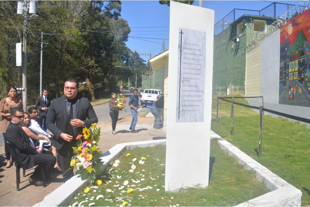 Fueron pocos los asistentes a la develación del monumento. No se invitaron ni a los familiares ni a las sobrevivientes de la tragedia.