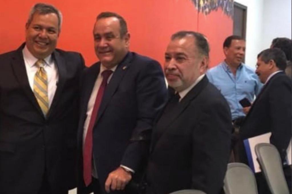 Barquín (al fondo) acompaña a Giammattei en una reunión de trabajo.