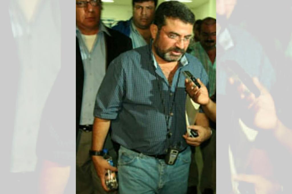 Esta foto fue tomada momentos previos al inicio de una conferencia de prensa de abril de 2009. Detrás de Adolfo Torrez, acompaña Ricardo Cucalón, apoyo político del ex dirigente departamental de Arena. Foto cortesía de René Rendón Silva, amigo y apoyo político de Tórrez que también aparece en la foto.