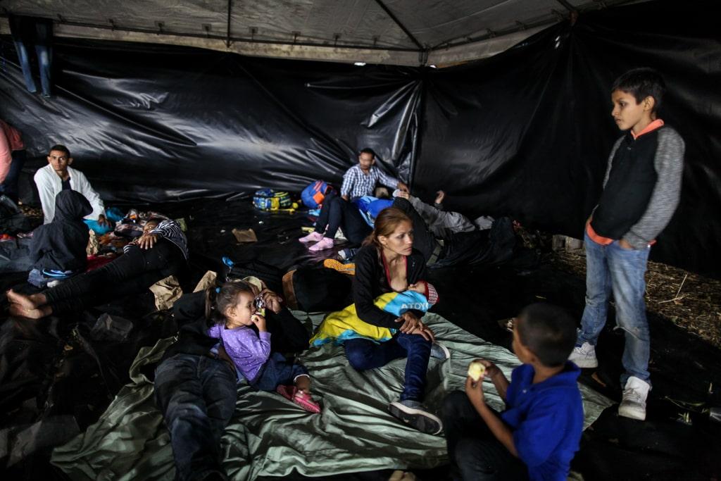 Un grupo de migrantes hondureños pasa la noche en el albergue de la Casa del Migrante. Foto: Carlos Sebastián