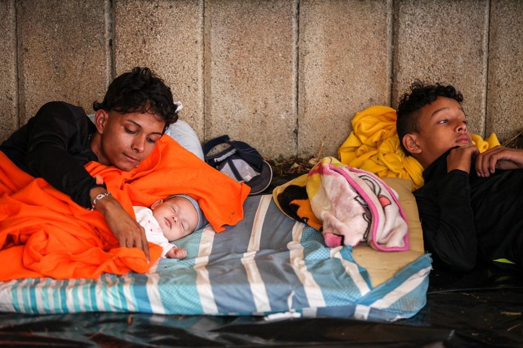 Una familia descansa en la Casa del Migrante antes de continuar su camino en la caravana. Foto: Carlos Sebastián