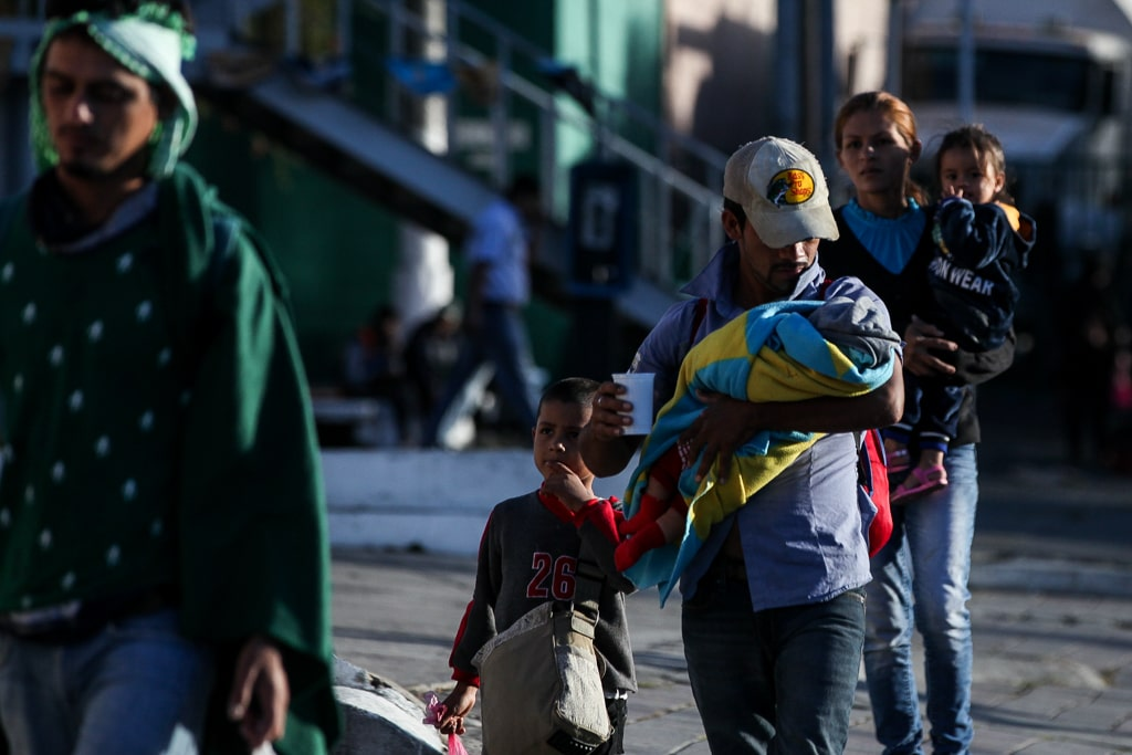 Los migrantes hondureños caminan por la Ciudad de Guatemala rumbo a México. Foto: Carlos Sebastián