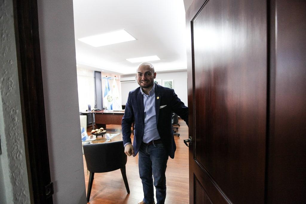Francisco Molina en su nuevo despacho al frente de la SBS, una de las instituciones más criticadas de la administración de Jimmy Morales.