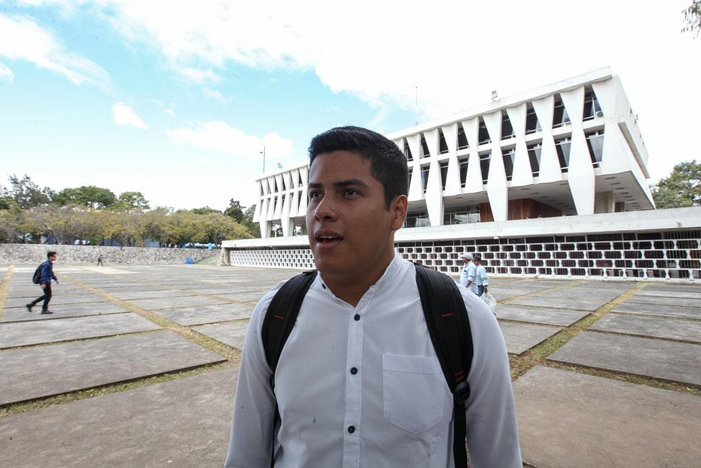 Carlos Yax, secretario general e la AEU, habla sobre la denuncia de los estudiantes sobre las agresiones la noche del 14 de enero. Foto: Carlos Sebastián