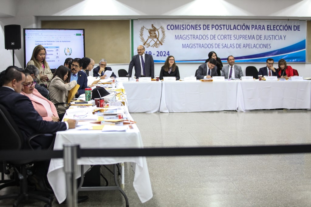 Comisionados en reunión para analizar expedientes. Foto: Carlos Sebastián