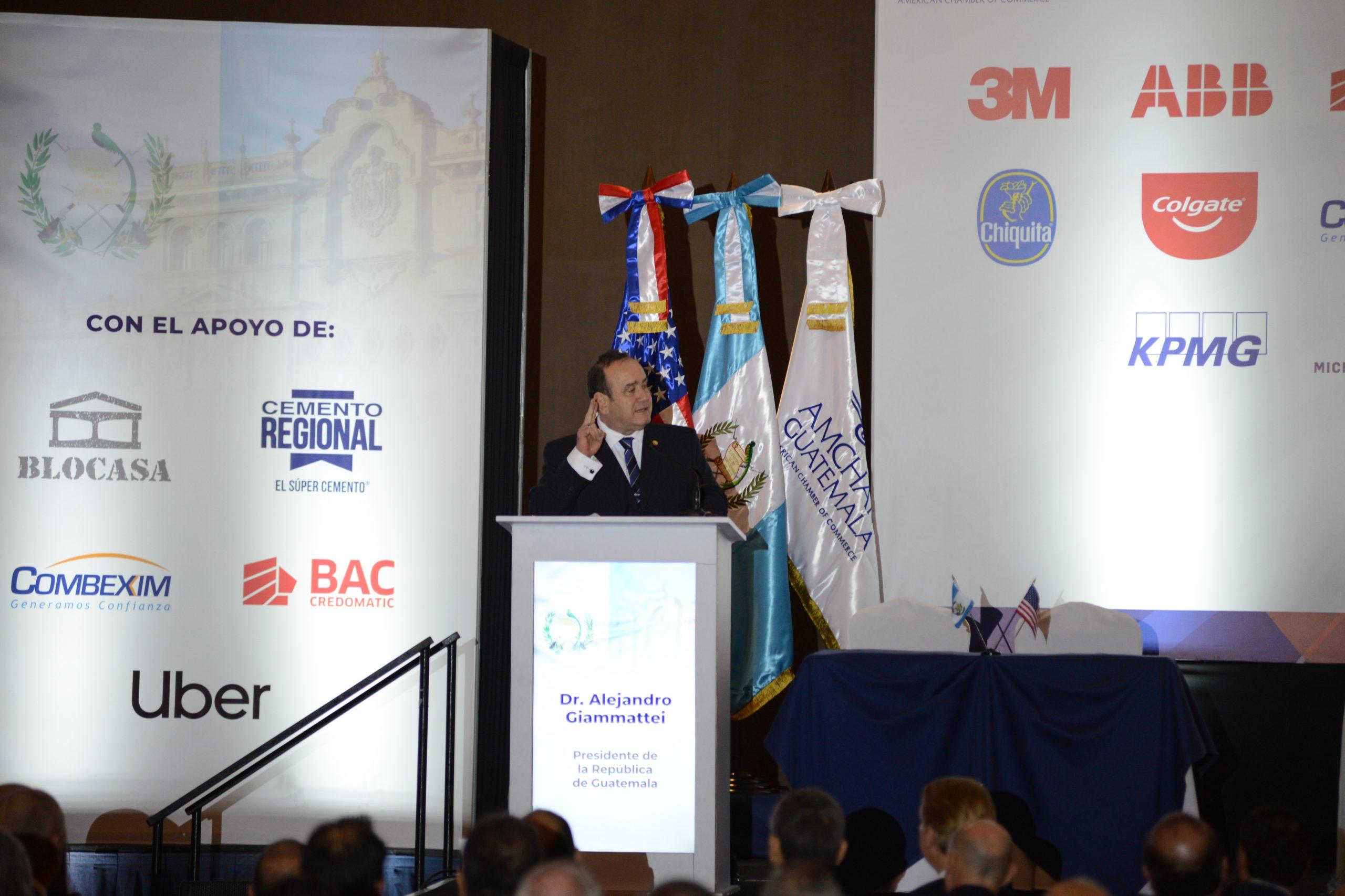 Alejandro Giammattei se dirige a los empresarios.