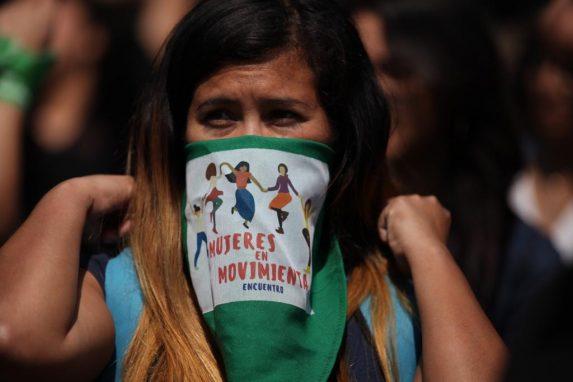 Una estudiante participa en un performance en la Usac para denunciar los abusos contra las mujeres.