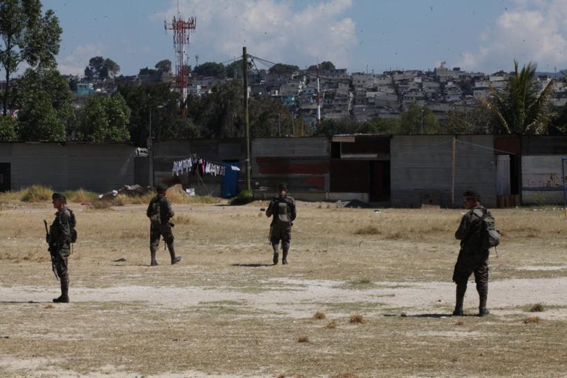 Soldados permanecen en un campo de futbol cercano a la colonia El Mezquital, Villa Nueva. Foto: Carlos Sebastián