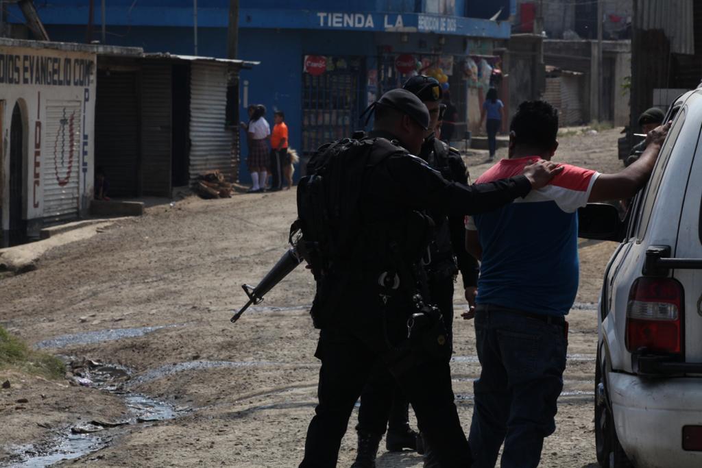 Policías realizan operativos y revisiones a personas durante el estado de Prevención. Foto: Carlos Sebastián