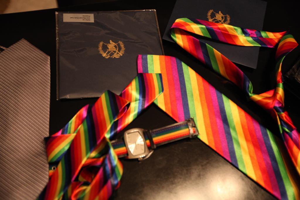 Aldo Dávila acomoda sus accesorios con los colores del arcoíris que utilizará durante la sesiones en el Congreso de la República. Foto: Carlos Sebastián