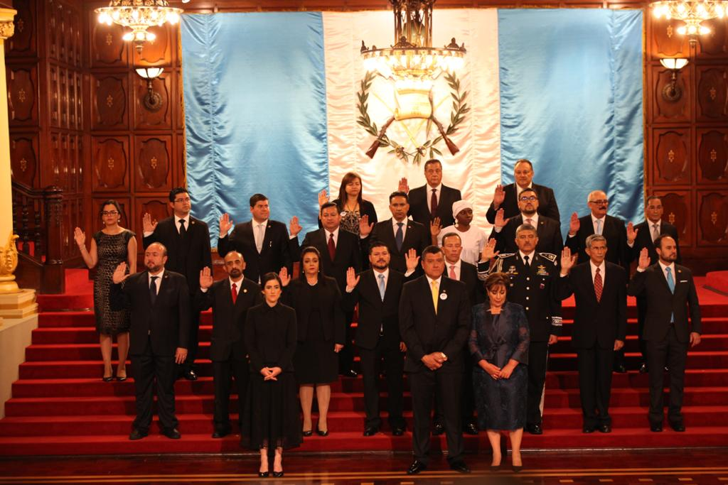 Momento en que hacen juramento los miembros del gabinete de Alejandro Giammattei.