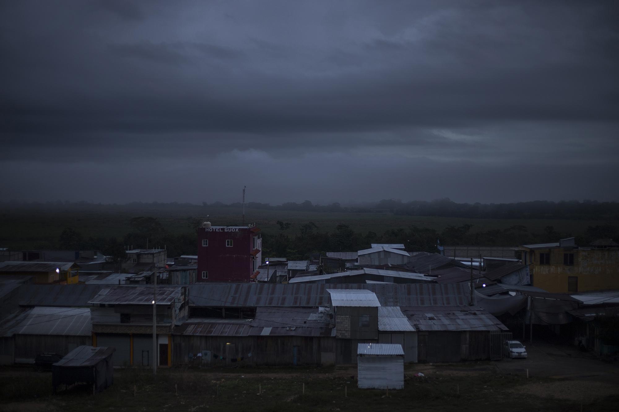 En el caserío El Ceibo habitan alrededor de mil 600 personas. A diario, un goteo migratorio rodea sus veredas de manera clandestina. Esta vez, cientos de hondureños y unas decenas de salvadoreños inundaron sus calles y convirtieron El Ceibo en el centro de la frontera cerrada mexicana. Foto: Víctor Peña