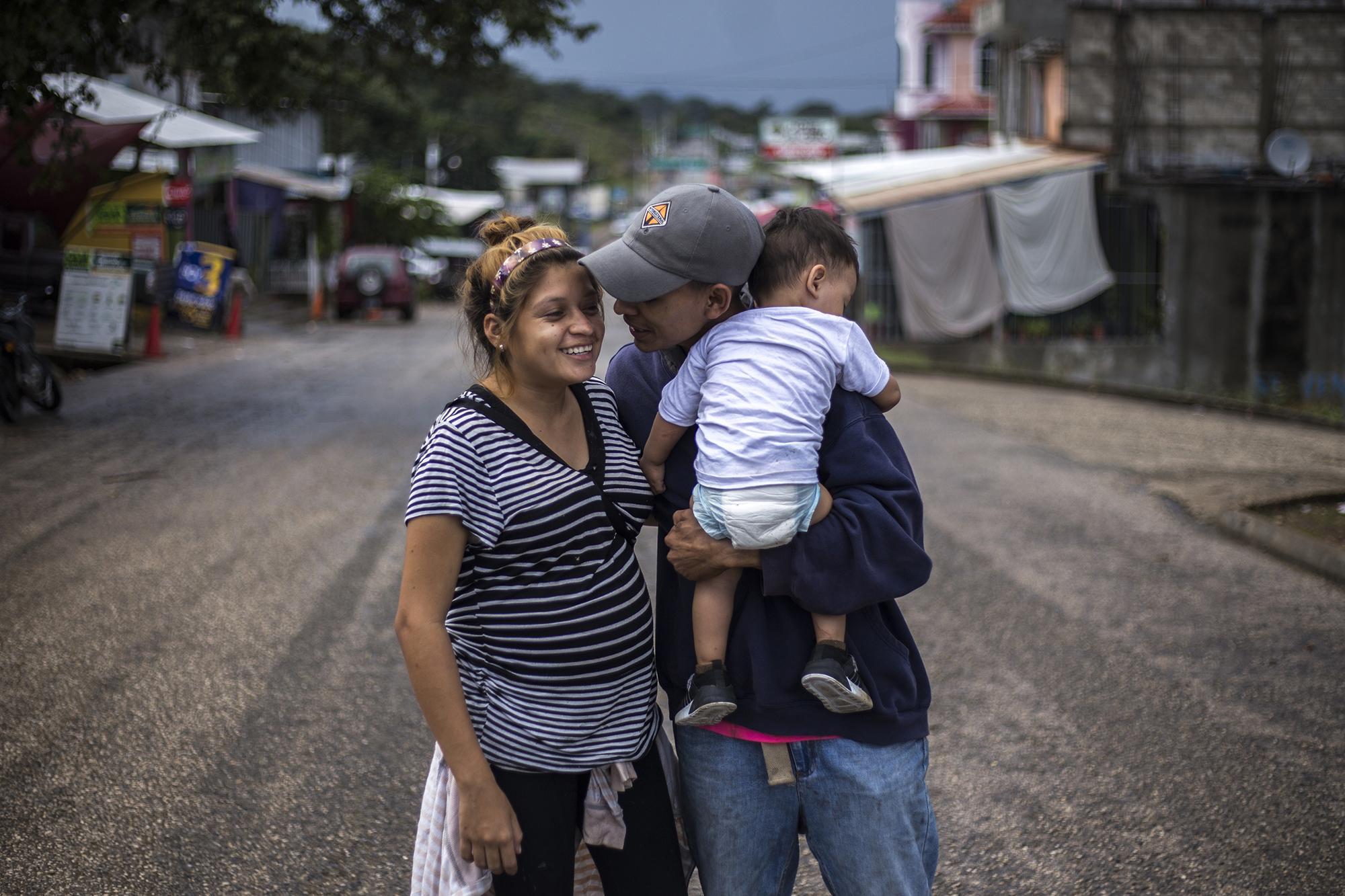 Katheryn y Óscar vendieron todo lo que tenían y huyeron de San Pedro Sula. Ella tiene 17 años. Él, de 19, sostiene al hijo de ambos, de un año. Katheryn está embarazada de nuevo. Foto: Víctor Peña