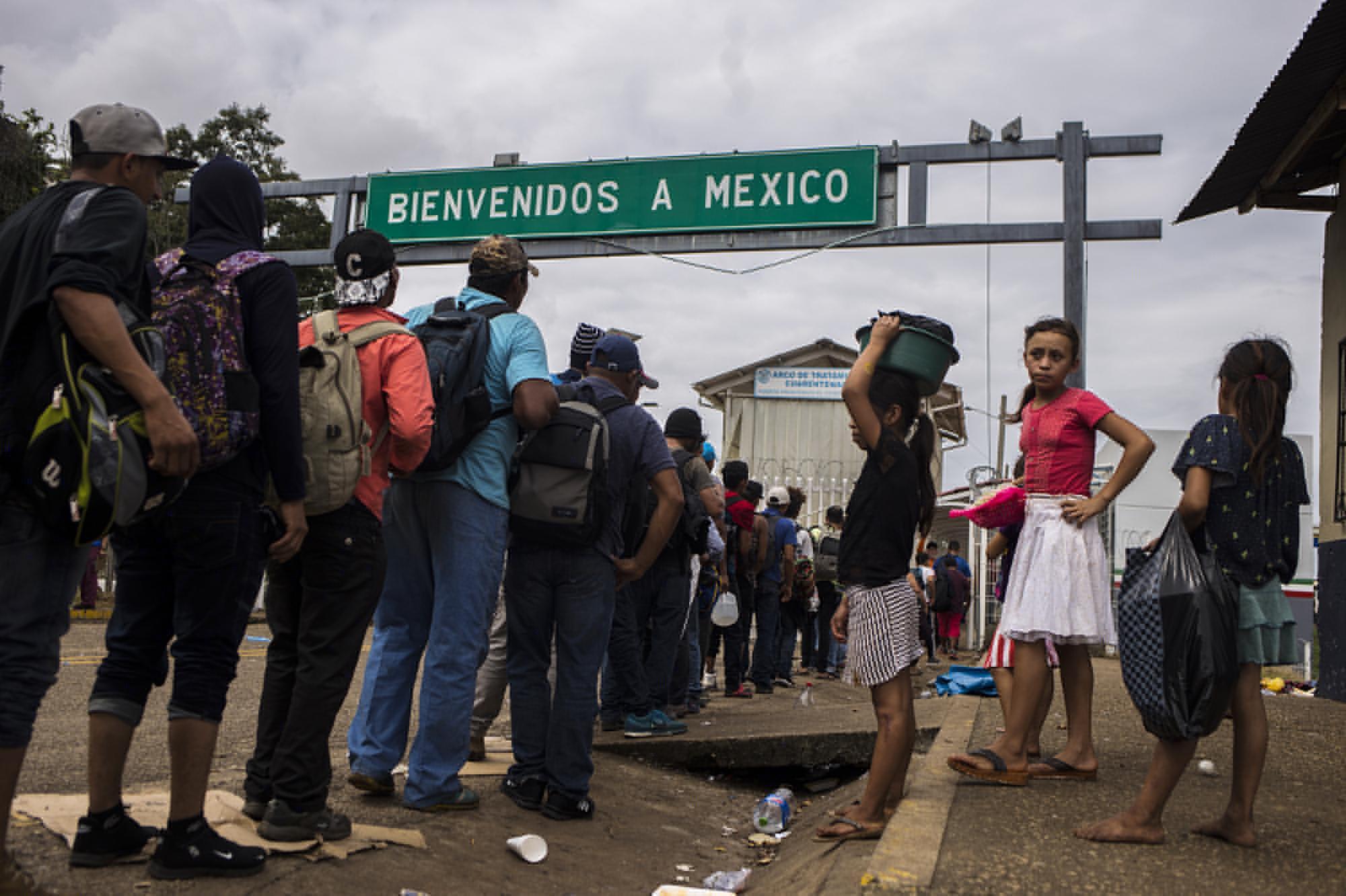 A las 11:57 de la mañana del 19 de enero, el último grupo de migrantes ingresó a las oficinas del paso fronterizo El Ceibo para registrarse. El gobierno de México les prometía trabajo, y llevarlos a un lugar seguro en el estado de Tabasco. Foto: Víctor Peña