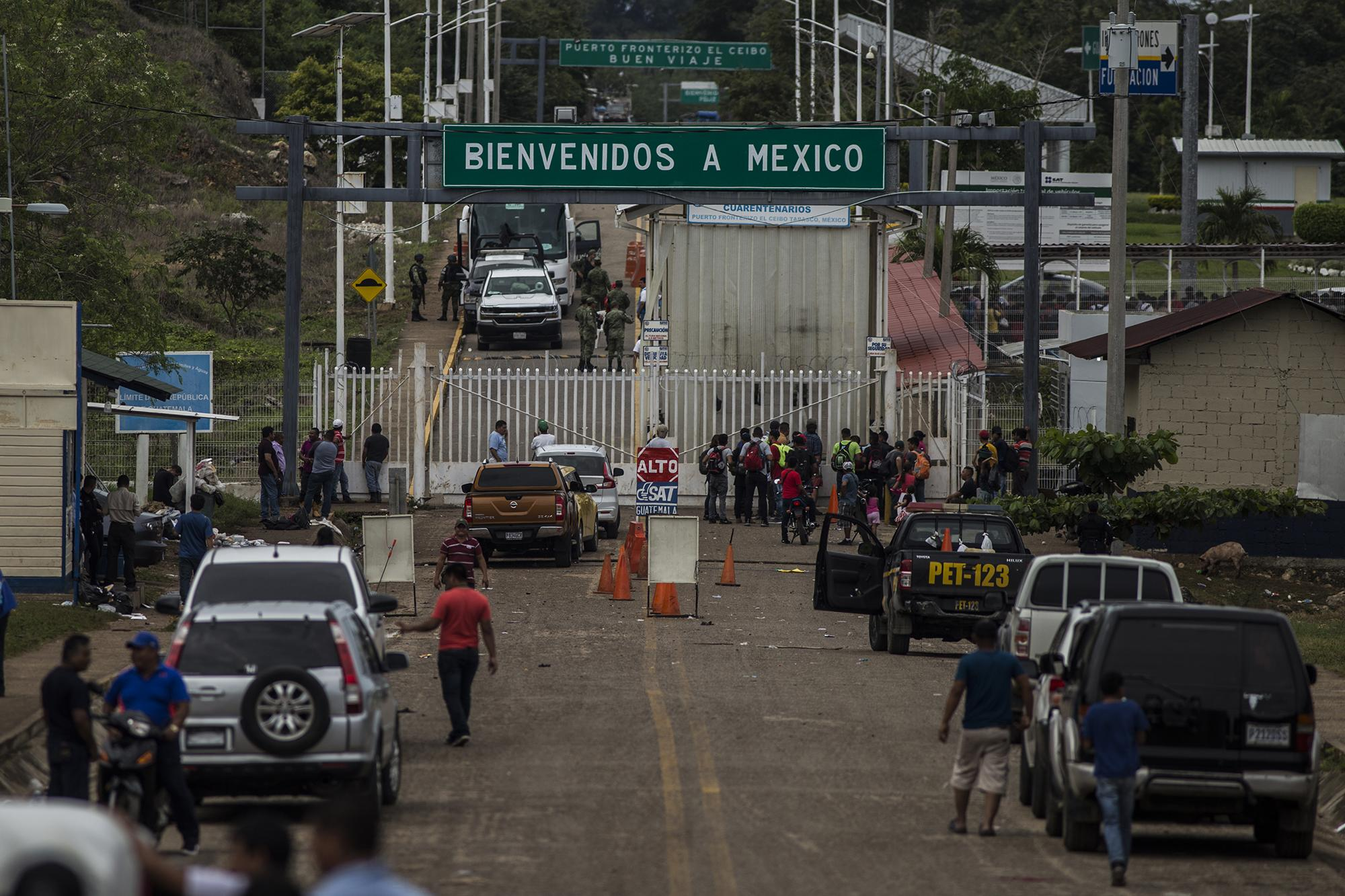 Minutos después de que la caravana ingresara a México la calle principal de El Ceibo volvió a la normalidad, a la rutina vacía de una frontera remota. Víctor Peña