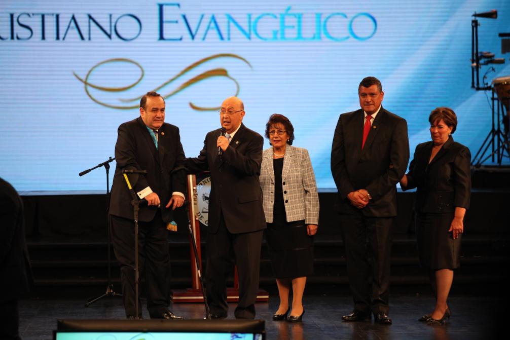 Alejandro Giammattei y Guillermo Castillo reciben la bendición de la iglesia evangélica. Foto: Carlos Sebastián