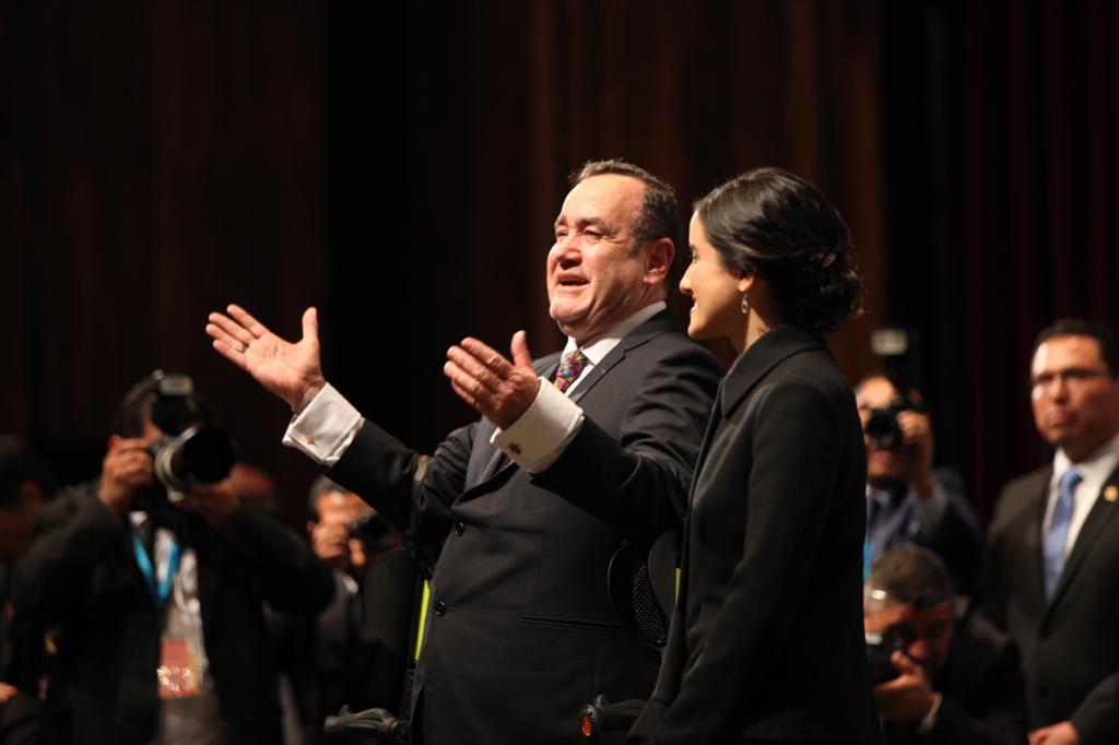 Giammattei, junto a su hija, saludan al público que llegó al teatro nacional para su juramentación. Foto: Carlos Sebastián