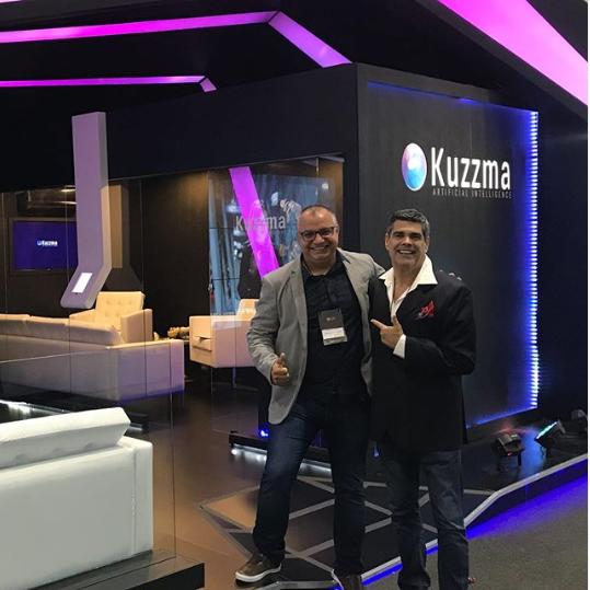 Hebert Paes Leme, organizador de la ExpoCristã, y Paulo Oliveira, vendedor da Kuzzma. Foto: Instagram