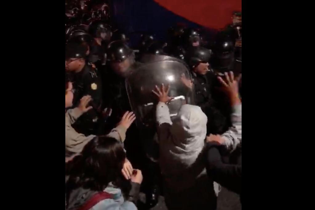 Antimotines golpean y lanzan gas pimienta a los manifestantes para dispersarlos de la entrada del Hotel Las Américas.