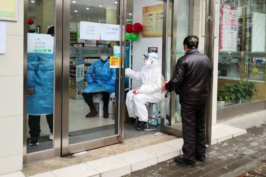 Las medidas de prevención se intensifican en la ciudad. En la entrada de todas las farmacias se mide la temperatura corporal. Todas las personas tienen que utilizar mascarillas. Foto: Celia Esquivel