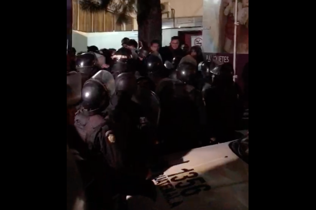Antimotines reprimen a los manifestantes que impiden que Jimmy tome posesión al cargo en el Parlacén.