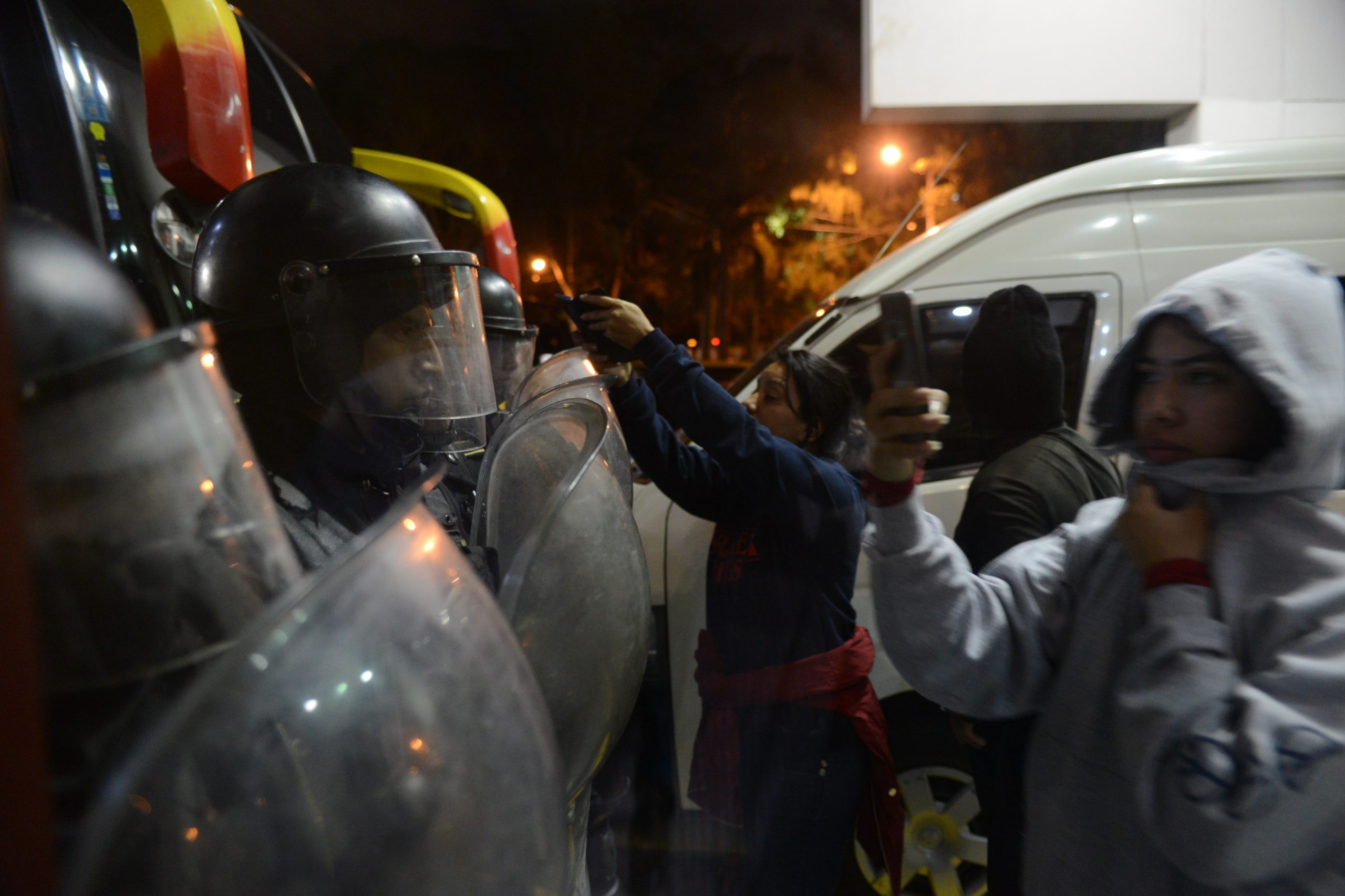 Uno de los momentos de tensión afuera del Hotel Las Américas. Foto: Hugo Navarro