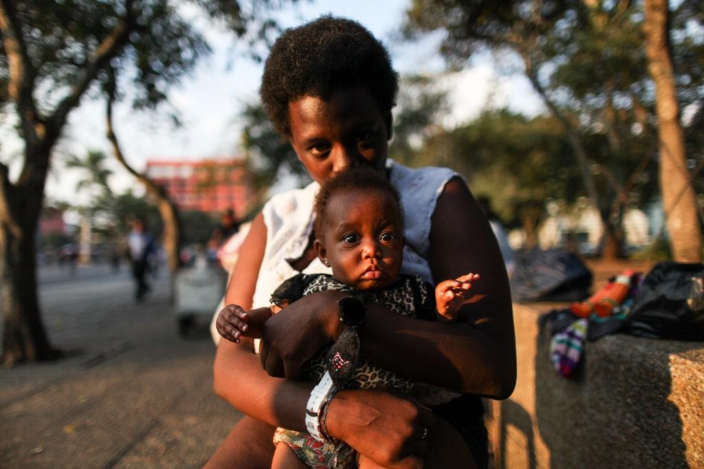 Carolina Ramírez, 20, con su hija Emelayni de cinco meses. Mujeres garinagu.