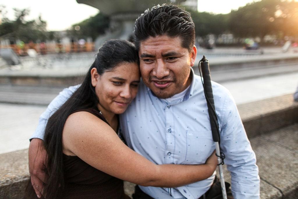 """""""En el trabajo que realizamos en el ámbito social tratamos de visibilizar siempre las personas con discapacidad. Hay mucha exclusión que se debe a la no visibilidad. La sociedad nos ve como incapaces, como asexuados, que no pueden tener relaciones. Esos son prejuicios y exclusión que se deben a la no visibilidad. Y nos interesa reflejar la participación de personas con discapacidad"""". Jorge Luis López, 33, con su pareja Dilcia Licona, 31. Ambos tienen discapacidad visual. Han estado juntos por 4 años."""