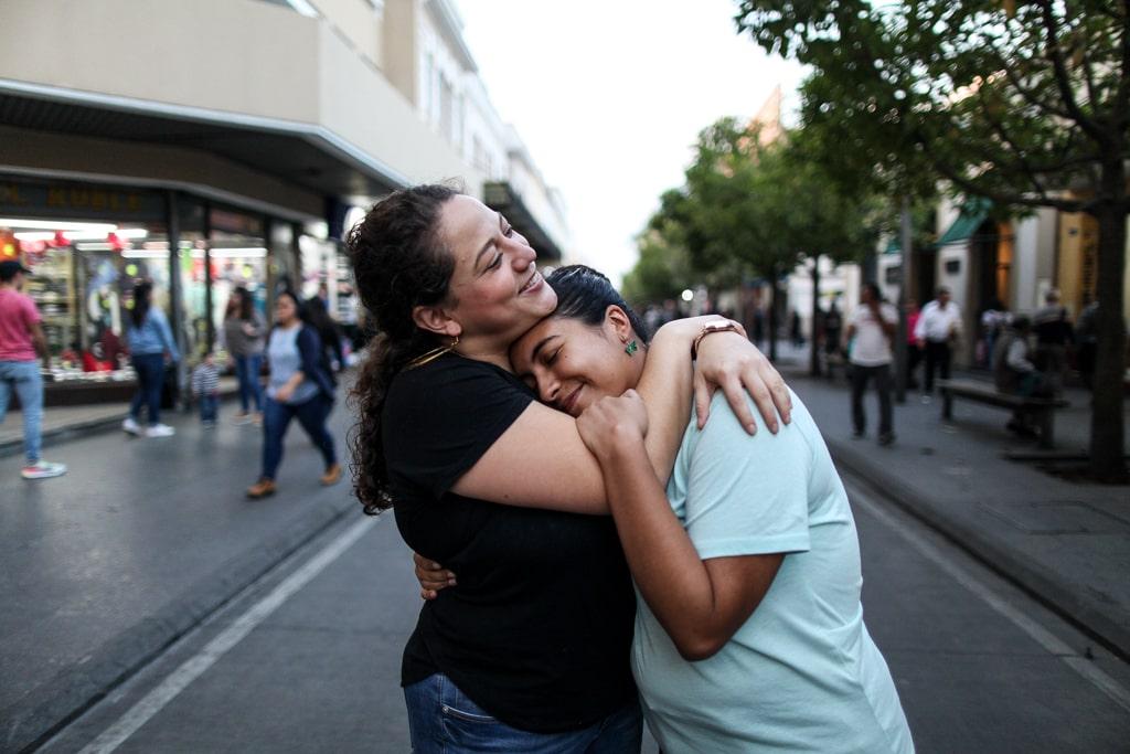 """""""Pienso que las parejas lésbicas no están representadas en ningún lado. Mucha gente tiene idea de que las parejas de las diversidad no son estables. Pero no es así. Queremos darle visibilidad a las parejas lésbicas"""", dice Laura Gamba, 27 que lleva 3 años con su pareja Maria Chavarria, 29."""