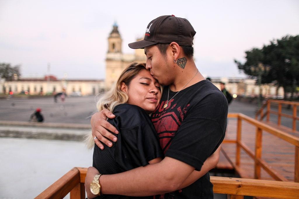 """Yesenia Garcia, 20, y Bryan Marroquín, 24. """"Que todo el mundo se entere de nuestro amor"""", dice Bryan con una sonrisa."""