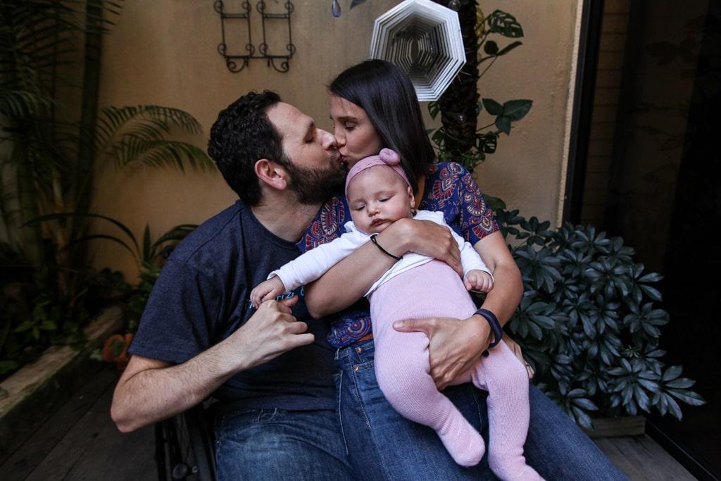 """""""Me gustó mucho la idea. Demostremos a todos que el amor no tiene barreras, y que no todo es como en las revistas"""", dice Alan Tenenbaum. Lleva siete años con su pareja Diana Caravantes. Juntos tienen a su hija Hanne, de 6 meses."""