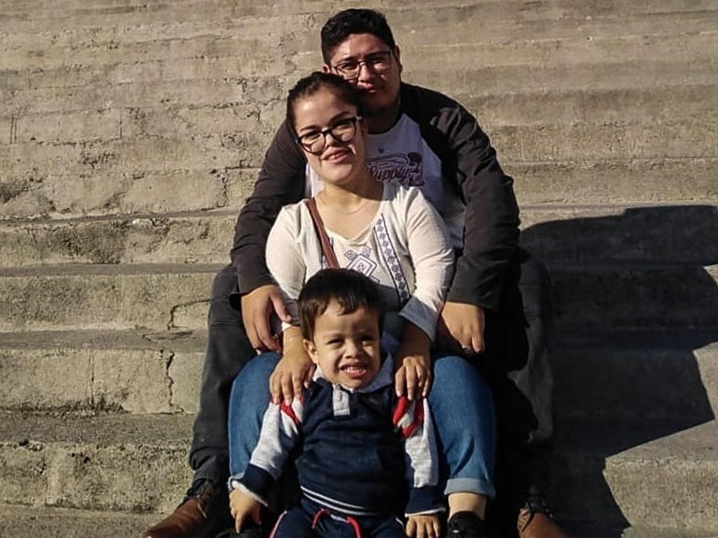 Victoria Gallardo, con su esposo Estuardo Díaz, y su hijo Santiago.