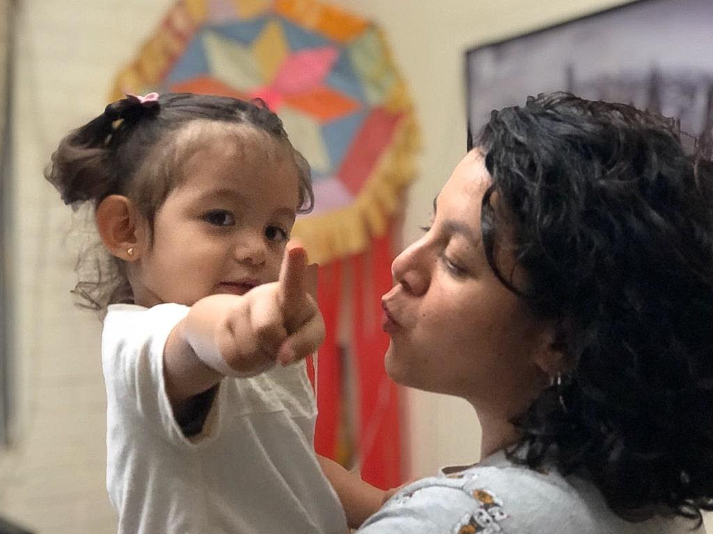 Farah Illescas, 33, y su hija Irene de 2 años.