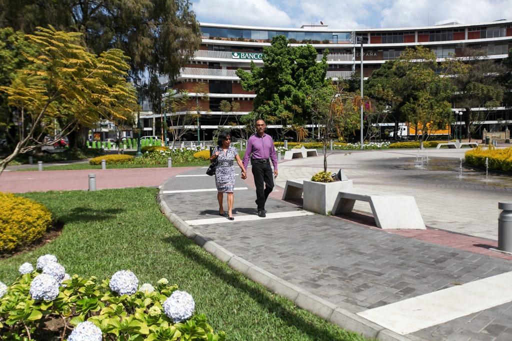 Ana y Raúl aún caminan agarrados de la mano y con una sonrisa compartida.