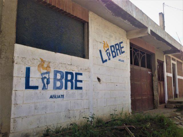 La sede la Constructora Mak, propiedad de Celia Anabella Miza Pérez, se encuentra en la aldea Saquitacaj, es una vivienda pintada con el logo del desaparecido partido político Libre. No se encuentra identificada como una empresa. Foto: Alejandro Pérez