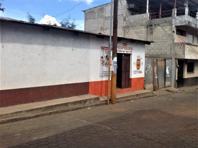 La sede que reporta la constructora de Abner Juan José Morales Charuc es en realidad una venta de gas propano y venta de helados. Foto: Alejandro Pérez.
